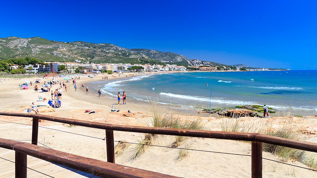 Inmobiliaria Desam Alcossebre imagen de las playas de Alcanar con el cielo azul